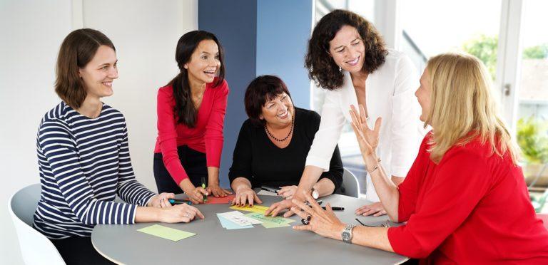 Silkes Team in einer Sitzung