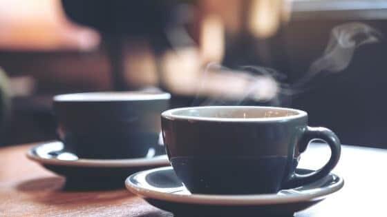 Zwei Kaffeetassen auf einem Tisch